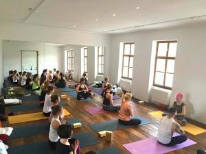 tečaj-učitelj-joge-ljubljana-eva-debevec-evisense-joga-telo in um-asana-pranajama-meditacija-200 ur-yoga-alliance-joga-zdruzenje-slovenije